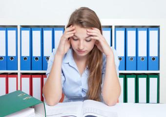 Studentin am Schreibtisch im Stress
