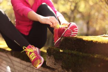 Laufschuhe anziehen im Herbst