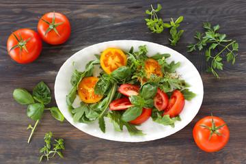 Bunte Tomaten mit Basikum und Rucola