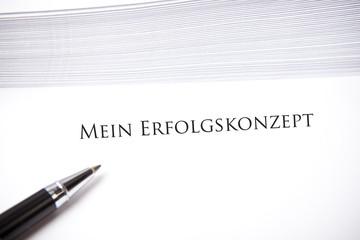 Erfolgs-Konzept, Dokument mit Stift und Umschlägen