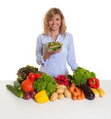 Hausfrau mit blonden Locken und frischem Salat