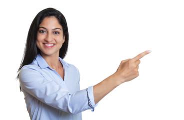 Frau aus der Türkei zeigt mit ihrem Finger