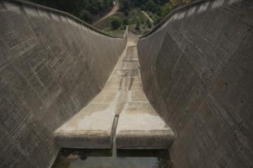 le déversoir du barrage de Saint-Cassien