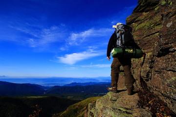 絶壁に立つ登山者