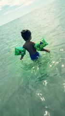 Junge schwimmflügel Meer Variante 2