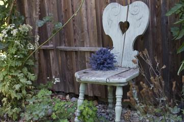 Lavendelstrauß auf verwittertem Sessel