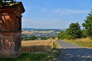 Panorama von Bad Camberg mit Denkmal im Feld