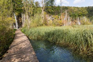 Ponton, cascades et roseaux à Plitvice-Plitvicka