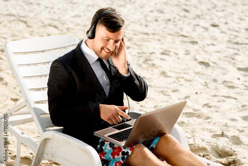 Businessman on the beach - 71120205