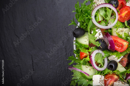 Aluminium Salade Fresh tasty salad on dark stone table