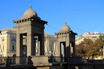 каменные башни на мосту Ломоносова в Петербурге