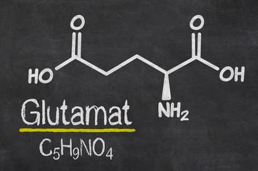 Schiefertafel mit der chemischen Formel von Glutamat