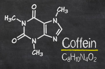 Schiefertafel mit der chemischen Formel von Coffein