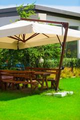Garten mit Gartenbank und Sonnenschirm