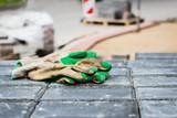 Arbeitshandschuhe auf der Baustelle