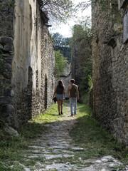 Pareja de novios paseando por un pueblo abandonado