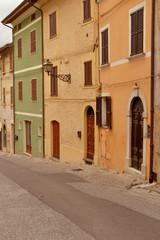 Häuserzeile in Pergola - Italien