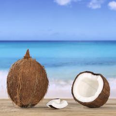 Kokosnuss  im Sommer am Meer und Strand