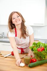 frau in der küche schneidet gemüsse