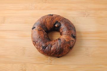 まな板にのせた ベーグル チョコレート パン クローズアップ