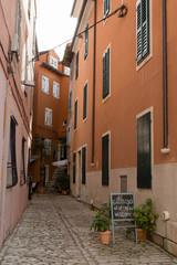 Rue et façade orange de Rovinj