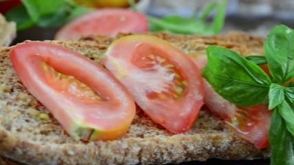 Pomodori verdi e pane freselle