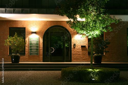 Foto op Plexiglas Licht, schaduw Beleuchteter Eingang
