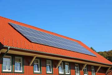 Solarzellen auf Holzhausdach