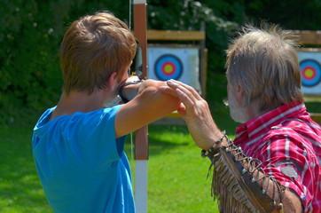 Schüler und Lehrer beim Bogenschiessen