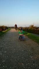 Kind fährt auf laufrad