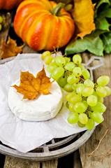 Камамбер с виноградом и тыквой