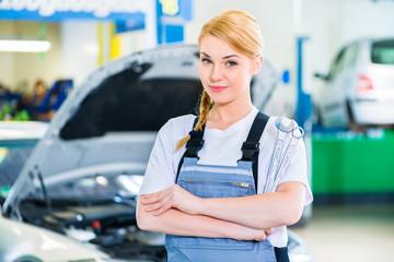 KFZ-Mechanikerin arbeitet in Autowerkstatt