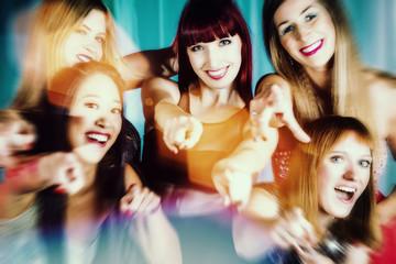 Schöne Frauen tanzen in Disco oder Club