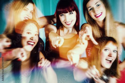Schöne Frauen tanzen in Disco oder Club - 71139684
