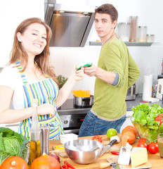 Paar in der küche kochen zusammen