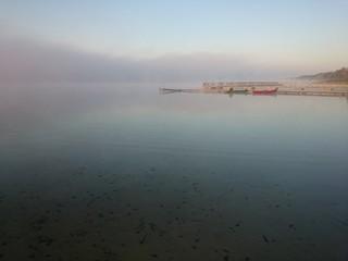 Jezioro we mgle o wschodzie słońca
