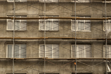 Фасад здания в стротельных лесах