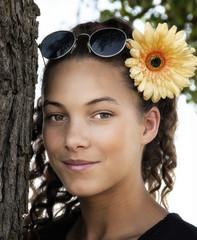 Jeune fille avec une fleur dans les cheuveux