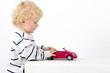 Kleinkind mit Spielzeugauto