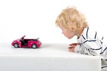 Junge spielt mit Auto
