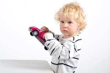 Kleiner Junge mit Modelauto