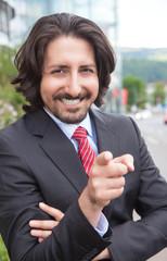 Motivierter türkischer Geschäftsmann vor dem Office