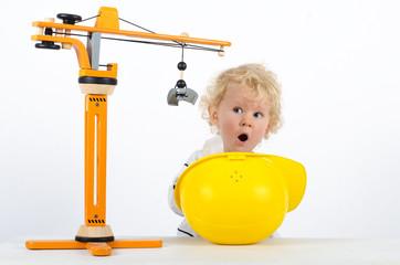 Kind mit Baukran und Helm