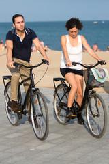 Paar mit Fahrrädern auf einem Stadtstrand