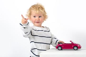 Kleinkind mit Auto