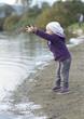Jeune fille jouant sur la plage