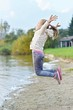 Jeune fille courir sur la plage