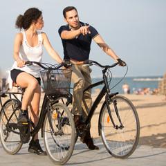 Den Weg zeigen beim Fahrrad fahren am Strand