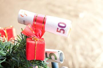 Geldschein als Christbaumschmuck, kommerzielle Weihnachten