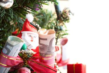 Weihnachtsbaum geschmückt mit Geldscheinen und Nikolaus
